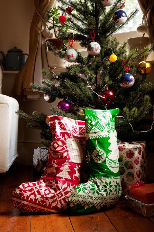 Bolsas calcetines para regalos de Navidad en el árbol