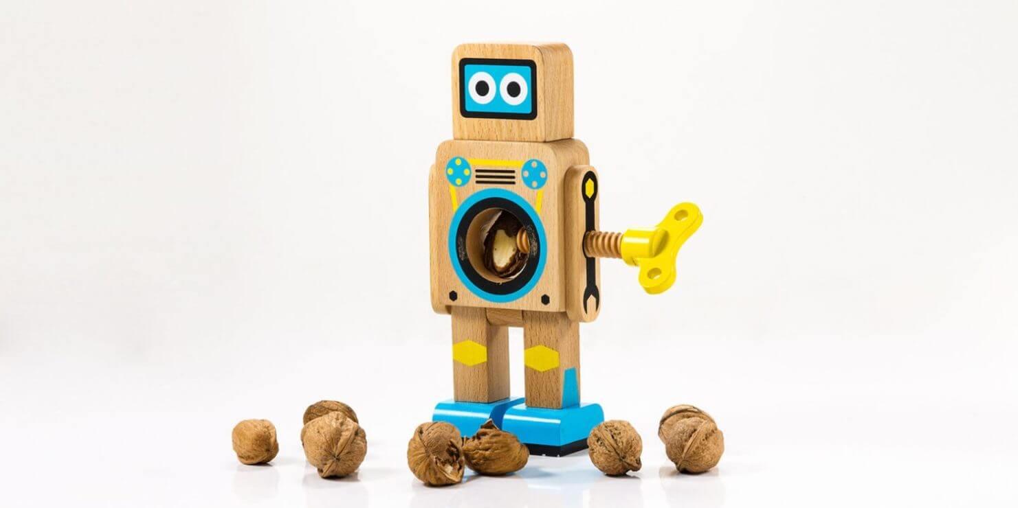 Cascanueces madera en forma de robot
